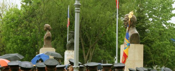 Depunerede coroane la statuia Regelui Mihai I