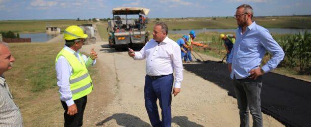Vasile Iliuță, pe șantierul de lucru al drumului județean 402